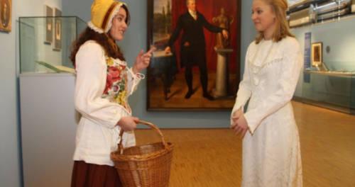 Zwei junge Frauen beim Rollenspiel im LVR-Niederrheinmuseum Wesel