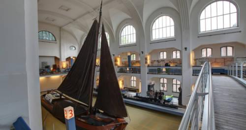 Schiff mit zwei schwarzen Segeln im Binnenschifffahrtsmuseum Duisburg