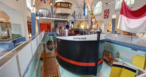 Kinderschiff Hermann in der ehemaligen Damenschwimmhalle im Binnenschifffahrtsmuseum Duisburg