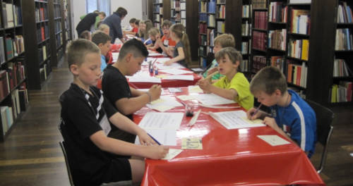 Schüler machen einen Workshop im Stiftsmuseum Xanten