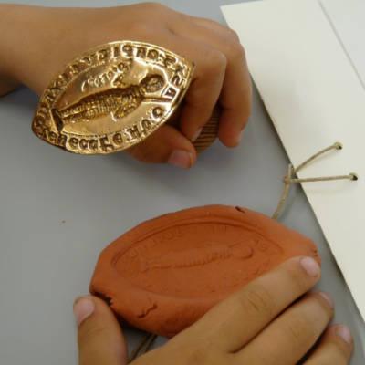Siegeldruck mit einem Stempel im Stiftsmuseum Xanten