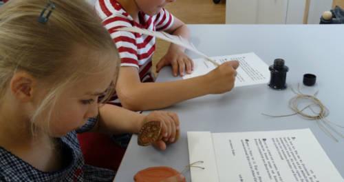 Unterschreiben und Siegeln bei Urkunden im Stiftsmuseum Xanten