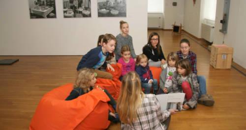 Kinder bei einer Führung im Museum Goch