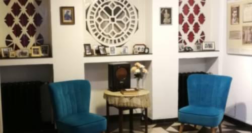 Blaue Sessel vor einem Teppich