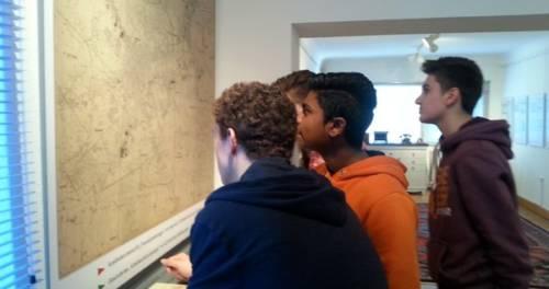 Vier Jungen beschauen eine Karte