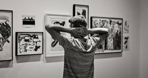 Junge vor Kunstwerken