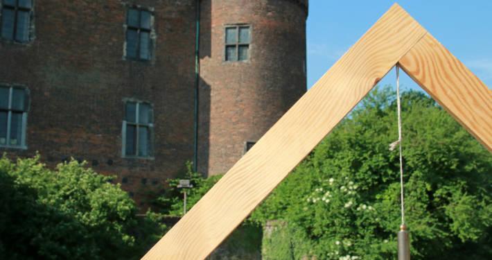 Hölzernes Dreieck vor dem Burgturm