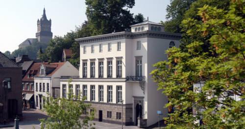 Weisses Haus mit Vorplatz
