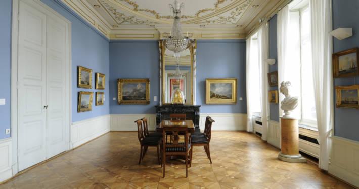 Imposanter Raum mit Möbeln