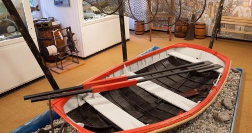 Kleines Ruderboot in der Ausstellung